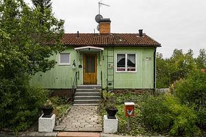 Äldre charmigt hus på populära Järlinden. Fastigheten har inte uppdaterats under lång tid men har fått fjärrvärme samt garageport installerat. Foto: SkandiaMäklarna