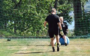Anton Cajtoft i träning tillsammans med målvaktstränaren Mikael Axelsson.