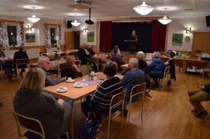 Publiken njuter av underhållningen och till höger ser vi det dignande bordet med auktionsgods. Foto: Bertil Westin