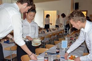 För serveringen stod eleverna från hotell- och turismprogrammet. Här är det Serrehle, Gjovan Prenga och Alexander Pettersson som plockar undan förrätten.