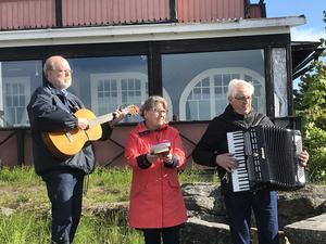 Staffan, Eva och Åke spelade och sjöng. Läsarbild: Maj Anita Persson.