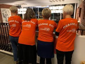 Delar av UN Women Skaraborgs styrelseförbereder aktiviteterna inför Orange Day. Från höger Josefin Olsson, Gisela Stell, Monica Green och Anita Andersson.