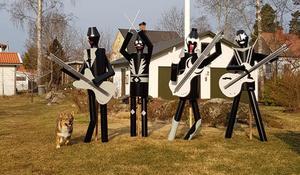 Gruppen Kazz i konstnärens trädgård. De hann stå i två dagar längs med riksväg 66 innan de lånades ut till Stenhuset i Surahammar för en utställning på två veckor. Snart är de på plats längs med 66:an lovar konstnären.