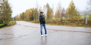 Bussen kör från Fors, till höger i bild, mot Garpenberg, till vänster. Bussen svänger in på den lilla grusvägen Leif Ekström står på, för att sedan backa ut mot Garpenberg.