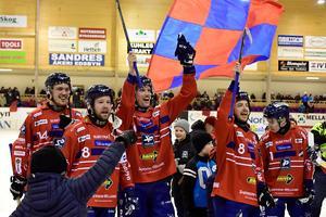 Edsbyn jublar segern i den femte och avgörande semifinalen mot Villa LIdköping. FOTO: Ulf Palm/TT
