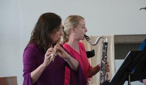 I de inledande styckena skapade basklarinett och engelskt horn en djupare kvintettklang än den vanliga. Här Maria Garlöv Thorsell, flöjt, och Lydia Holmlund, basklarinett.