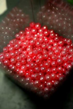 Röda pärlor kan sprida lyster i en dekoration.