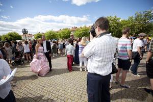Över tusen personer, vänner, föräldrar och andra som bara ville se alla vackra klänningar, hade samlats på torget för att ta emot de uppklädda studenterna. Många passade också på att ta bilder.