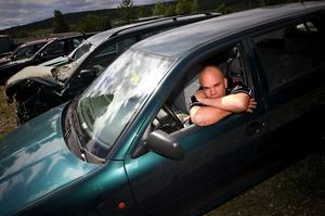 Skogen i stället för skroten. Krister Lindholm har sett intresset för att skrota bilar minska sedan skrotpremien togs bort i början av juni. – Det behövs en summa för att motivera bilägare att köra hit bilen i stället för att ställa den bakom en lada. Foto:Janne Eriksson