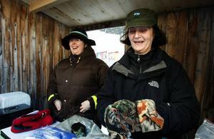 Intill scenen på Stjärntorget sålde Eva Lundmark från Östersund och Annéa Johansson bland annat ostar och hemstickade yllesockor.