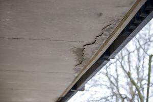 Här syns hur betongstycket hänger ned från loftgången.