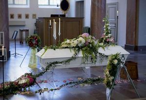 Kistan vid Lotta Rudholms begravning i domkyrkan i Härnösand.