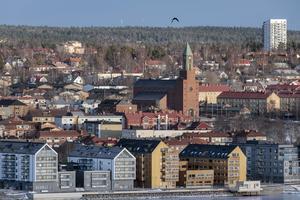 Utsikt från Frösön över husbyggena längs Storsjö strand (Etapp 1).