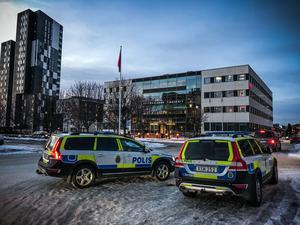 Säkerhetspådrag utanför Västmanlands tingsrätt i samband med rättegången mot medlemmarna i det kriminella nätverket i Västerås.