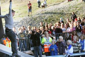 Erik i EMD använde Cirkus cirkörs studsmatta under konserten.