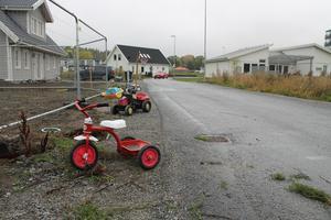 I brist på trottoarer och varningsskyltar har leksaker och trehjulingar placerats ut längs vägar i Solbacka strand för att göra bilisterna uppmärksamma på att det finns lekande barn i området.
