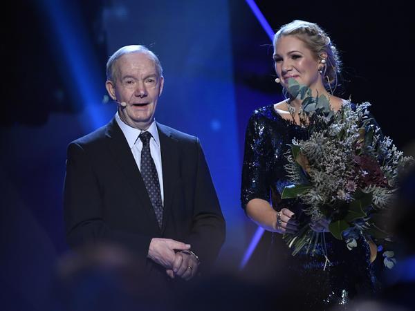 Tord Grip tilldelades Fotbollskanalens hederspris av Anna Brolin under Fotbollsgalan i Globen i Stockholm i höstas.Foto Jonas Ekströmer / TT