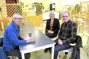 Producent och konsument. Torbjörn Eriksson och Lars Eric Anderson, lantbrukare vid Tysslingen och tf måltidschef Anna Brorsson i Lekebergs kommun som var värd för lunchen i Hidinge skola.