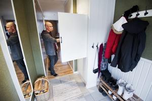 Vad döljer sig här? Jo, i detta hallskåp har Gert byggt in en extra liten frys på nära avstånd från köket.