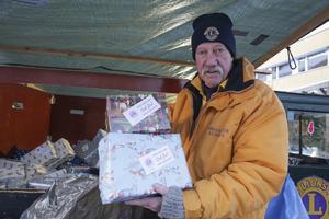 1 390 paket hade Göran Green och hans kollegor i Lions ordnat med och slagit in  inför julklappslotteriet och på söndagen var det god åtgång på lotterna.