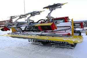 En pistmaskin är både bred, stor och består av mycket farligt som sticker ut. Därför ska skidåkare hålla sig undan dessa maskiner så långt som möjligt.