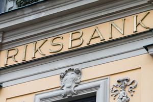 Fortfarande står det Riksbank i gyllene bokstäver på fasaden.