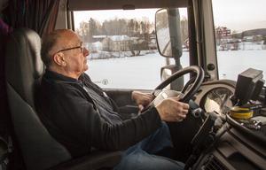 I fyrtio år har Bengt Strömberg rattat kommunens bokbussar. Nu har han gått i pension, men hoppar ändå in, när den ordinarie chauffören är sjuk.