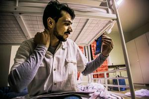 Amar Aloklah försöker febrilt få kontakt med sin bäste vän som fick stanna i Malmö.