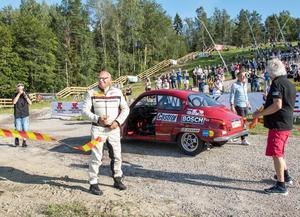 I en klassisk Saab gjorde rallylegendaren Stig Blomqvist entré vid Sörbybacken. Han klippte sedan till med saxen och invigde därmed Midnattssolsrallyt inför publiken i Örebro.