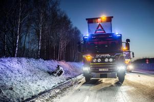 Bilen blev liggande i diket efter olyckan. Foto: Niklas Hagman