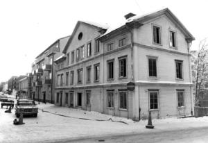 Dåvarande Prästgatan 8 revs i februari 1980. Några fler p-platser i kvarteret blev det i stället.