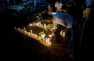 Bilderna efter terrorattentat är de samma, oavsett om det handlar om Sverige eller Sri Lanka. Foto: AP Photo/Gemunu Amarasinghe
