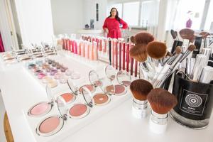 Lina Ivarsson har själv valt ut ingredienser till sina produkter och handplockatfabrikerna där de tillverkas.