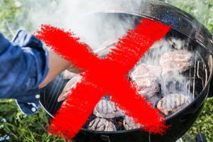 Tidigare har det varit tillåtet att grilla i trädgårdsgrill på sin egen tomt, trots eldningsförbud. Men nu blir det stopp även för hemmagrillandet. Foto: Henrik Holmberg / TT/ montage