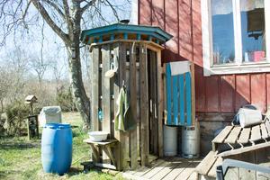 Till duschen använder Olle och Åsa brunnsvatten med saltvatteninträngning som de värmer på spisen. – Det blir korta duschar när det är minusgrader, en tiolitersdunk med vatten räcker, säger Åsa.