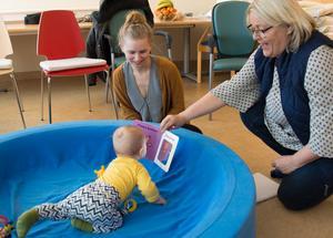 Koncentration är inget problem när man är 7 månader som Nils Hultman. Här med mamma Erika och Eivor Schultz.