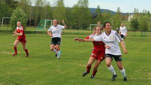 Anneli Bodén får ett extra plus för sin insats mot IFK Östersund. Här i en duell från en tidigare match mot Sveg.