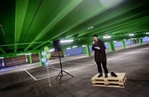 Talarna avlöste varandra under invigningsceremonin. Marie Larsson, fastighetsstrateg inom Region Örebro län berättade om utformningen av byggnaden. Varje våningsplan har sin egen färg i taket för att underlätta orienteringen.
