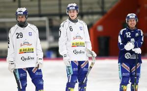 Tim Persson (längst till höger) har spelat en del som ytterhalv även tidigare under säsongen, men inte startat på positionen.