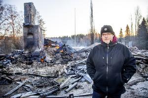 Ägaren Kjell-Åke Gerdin vid ruinerna till sitt nedbrunna hus i Högsnäs, två mil söder om Härnösand.