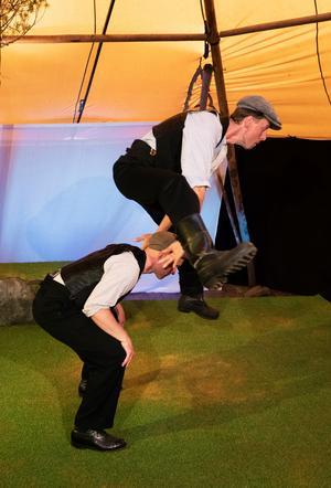 Jon Karlsson och Mattias Åhlén har fått hjälp med koreografi av Magnus Samuelsson. Foto: Per Eriksson
