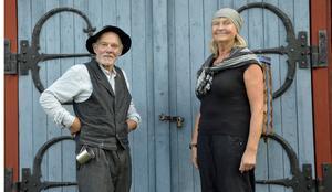Eskil, traktens fyllbult som är bokligt bildad och snäll men gravt alkoholiserad spelas av Lars Fersters. Anette Sörlander spelar en av slåtterfolket.