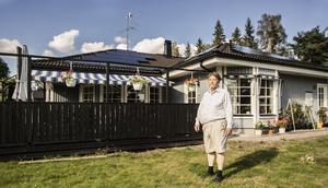 För att rädda miljön och plånboken har Per-Olov Eklund installerat ett trettiotal solpaneler på sitt svarta hustak.