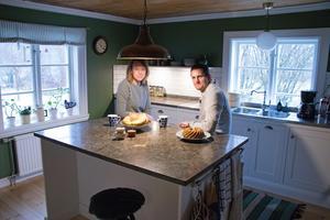 Köket är renoverat och i dag finns en köksö där familjen gärna hänger.