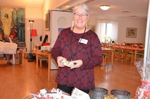 Lena Persson visar de tändsticksaskar som fungerade som lotter i lotteriet.