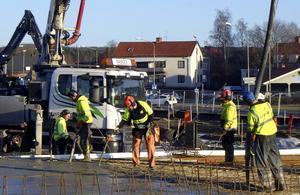 Tisdag den 21 januari: Gjuter man plattan till dockningsstationen för bussarna.