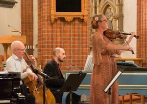 Åke Hedman, Otto Ratz och Charlotte Häggström släpper loss i Bachmusik - en av många i musikhistorien som på något sätt använt kombinationen violin, cello och klaverinstrument.
