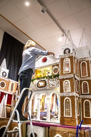 Huset är 3,5 meter högt och Margareta behöver en stege när taket ska dekoreras.