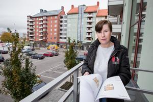 På balkongen i visningstrean. Den vetter mot väster och kvällssolen. Eva Lidström vid Husherren är vår guide.