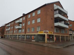 Lokalen i gatuplan i korsningen av Staketgatan och Norra Kopparslagargatan är på 616 kvadratmeter.